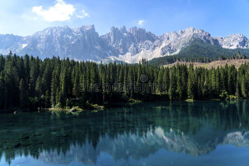 Dolomías Italia de la caricia del lago Lago de Caresse en Italia Lugar escénico y destino turístico famoso Naturaleza primitiva foto de archivo libre de regalías
