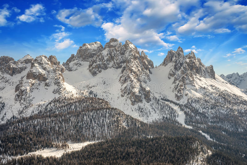 Dolomías, Italia. Situación hermosa con las montañas nevadas fotografía de archivo