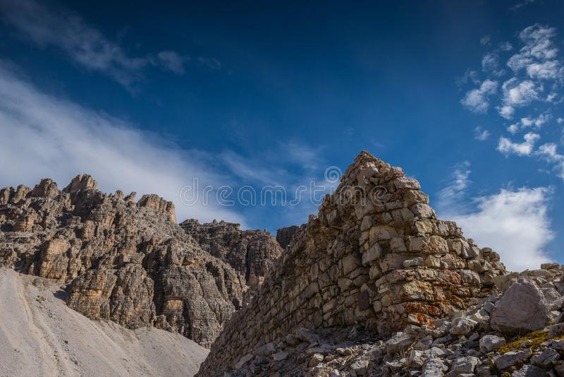Dolomías italianas, el Tyrol del sur y montañas italianas, paisaje hermoso de la montaña en tiempo del otoño fotos de archivo libres de regalías