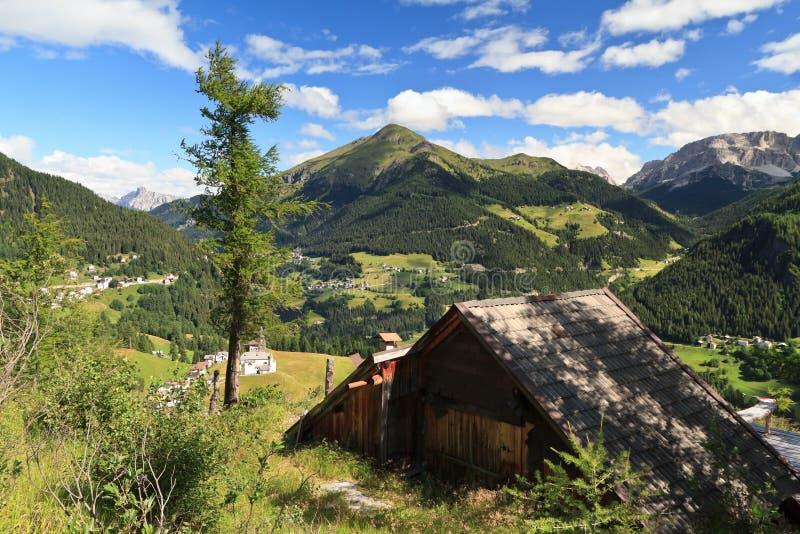 Dolomías - valle de Cordevole imagenes de archivo