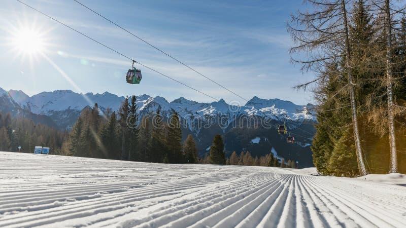 Dolomia, area dello sci con i bei pendii e cielo blu Pendio vuoto dello sci nell'inverno un giorno soleggiato Prepari il pendio d fotografia stock