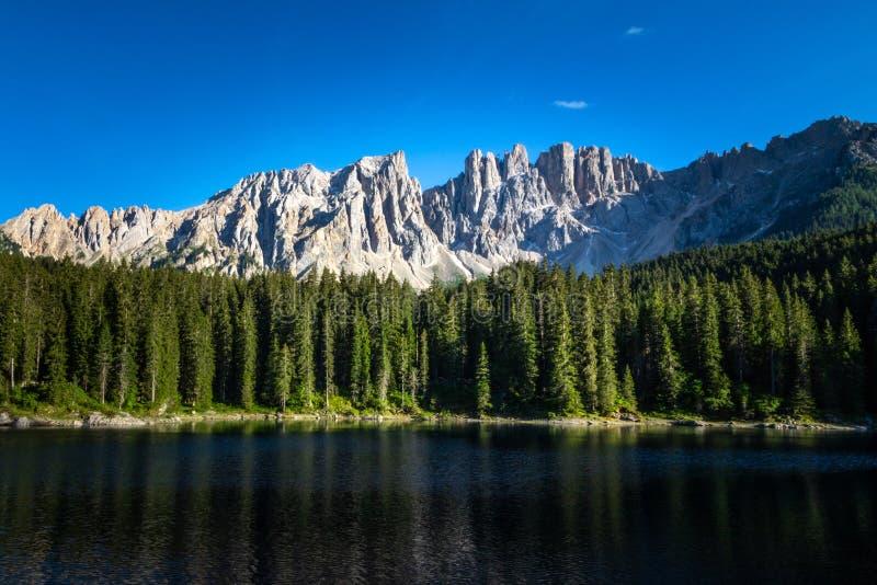 Dolomia di Carezza del lago, Tirolo del sud, Nova Levante, Italia fotografia stock libera da diritti