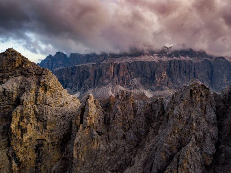 Dolomia, Italia Paesaggio a Passo Gardena Foto aerea fotografia stock libera da diritti