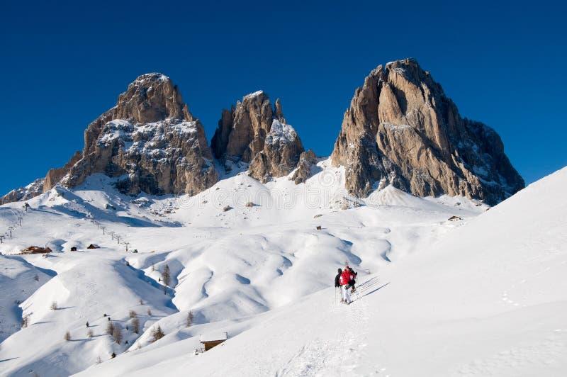 Dolomit abgedeckt vom Schnee und von den sportlichen Leuten mit s lizenzfreie stockbilder