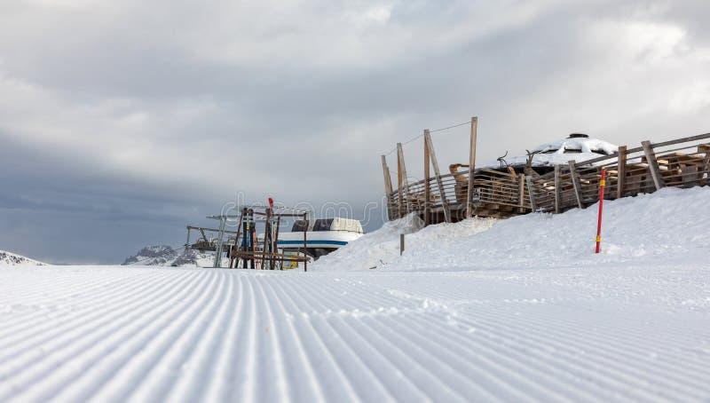 Dolomit, Skigebiet mit schönen Steigungen Leere Skisteigung im Winter an einem sonnigen Tag Bereiten Sie Skisteigung, Alpe Cermis lizenzfreies stockfoto