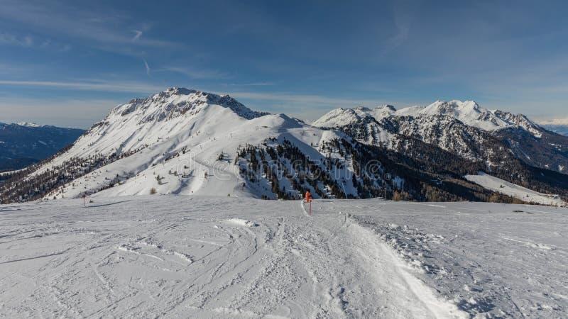 Dolomit, Skigebiet mit schönen Steigungen Leere Skisteigung im Winter an einem sonnigen Tag Bereiten Sie Skisteigung, Alpe di Lus stockbilder