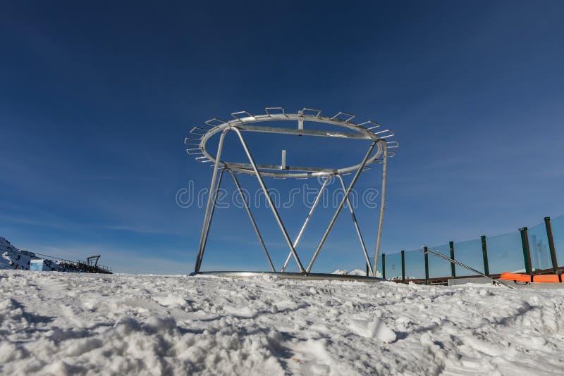 Dolomit, Skigebiet mit schönen Steigungen Leere Skisteigung im Winter an einem sonnigen Tag Bereiten Sie Skisteigung, Alpe di Lus stockfoto
