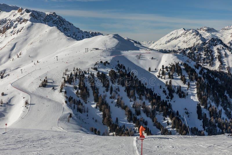 Dolomit, Skigebiet mit schönen Steigungen Leere Skisteigung im Winter an einem sonnigen Tag Bereiten Sie Skisteigung, Alpe di Lus stockfotografie
