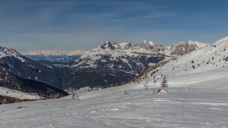 Dolomit, Skigebiet mit schönen Steigungen Leere Skisteigung im Winter an einem sonnigen Tag Bereiten Sie Skisteigung, Alpe di Lus lizenzfreie stockbilder