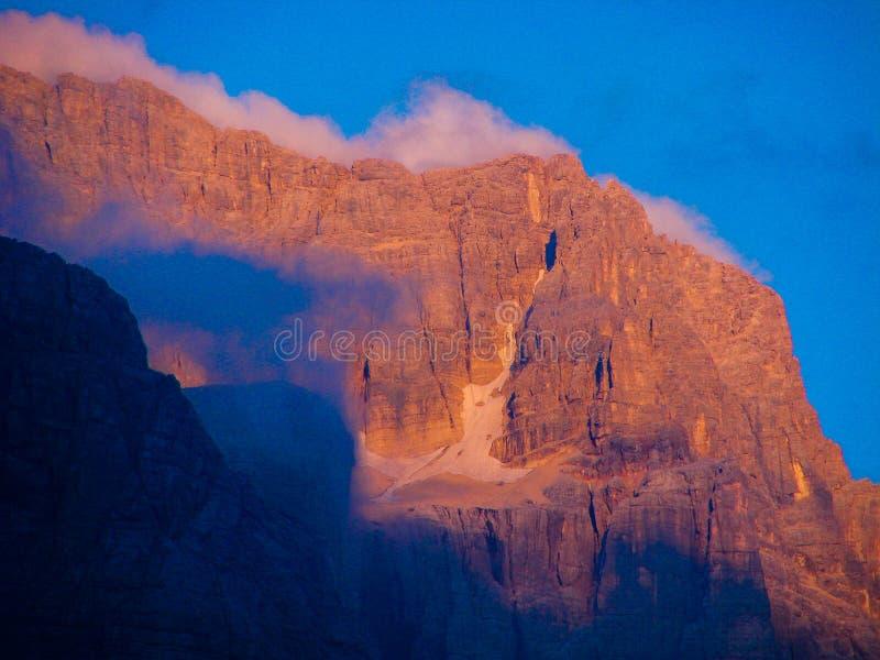 Dolomitberge bewölkt Felsenklippe des blauen Himmels Landschaft-dolomiti Italien-Sonnenuntergangs lizenzfreie stockfotos