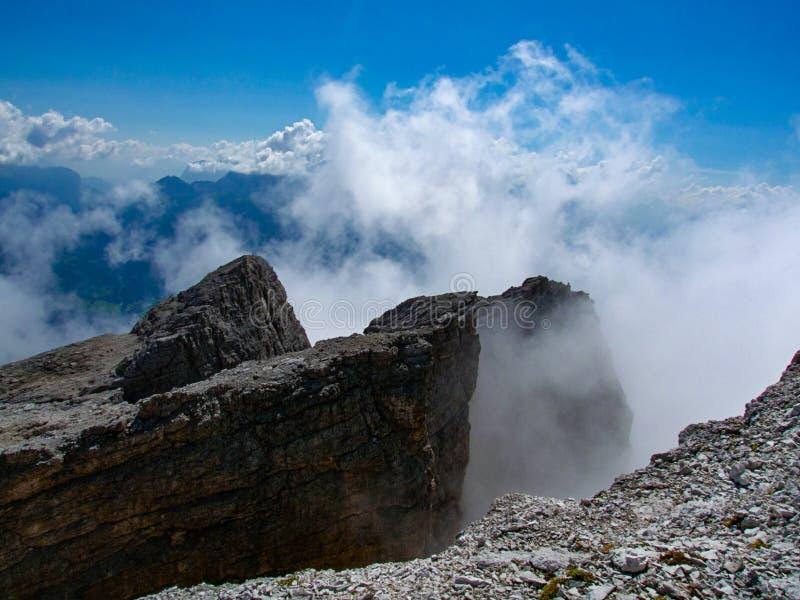 A dolomite balança no Tofana di Mezzo, céu azul e nuvens foto de stock royalty free
