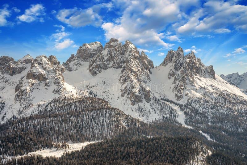 Dolomites, Italia. Encenação bonita com montanhas Neve-Cobertas fotografia de stock