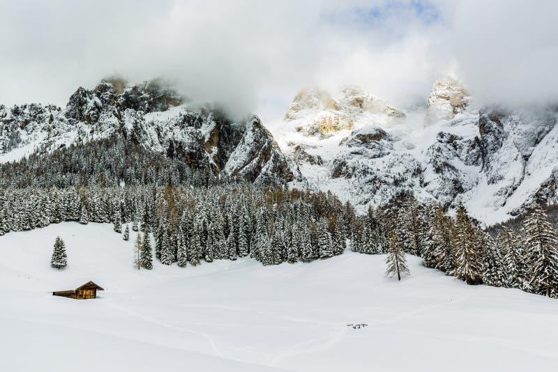 Dolomites italianas na luz da manhã do inverno imagem de stock