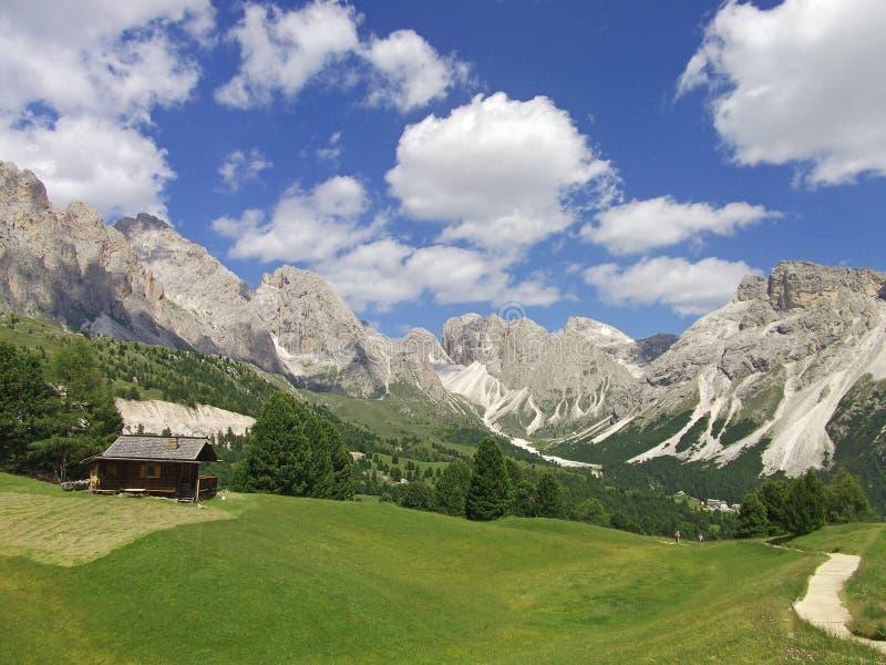 Dolomites Italie de ciel de montagne de vallée de Chambre photographie stock libre de droits