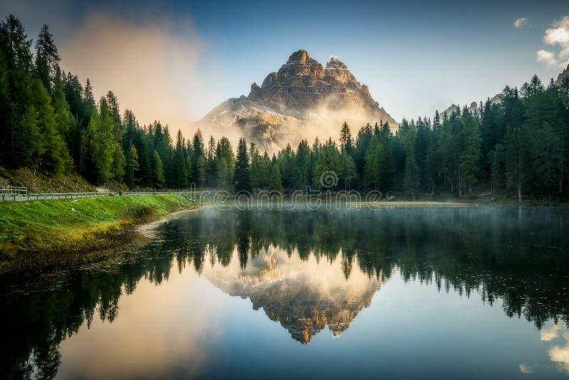 Dolomites, paysage de l'Italie au lac Antorno photos libres de droits
