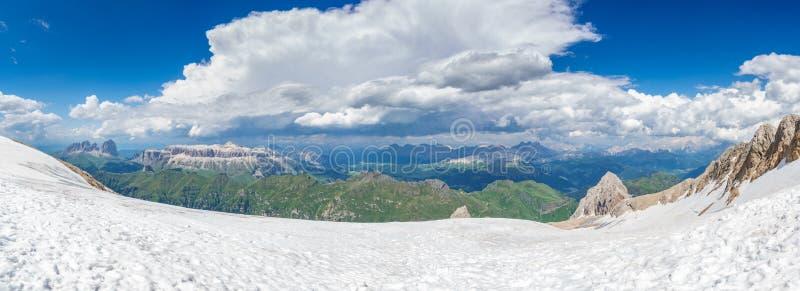 Dolomiteshorisontpanorama från den Marmolada glaciären royaltyfria bilder