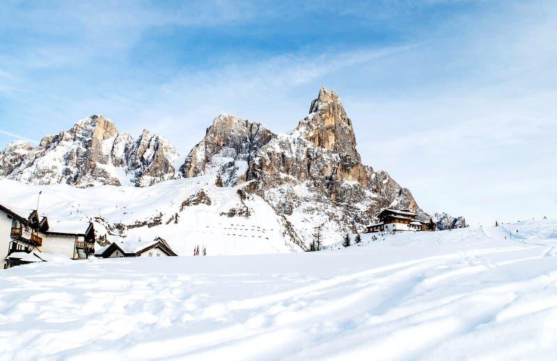 Dolomitesna av den Trentino vintern royaltyfri fotografi