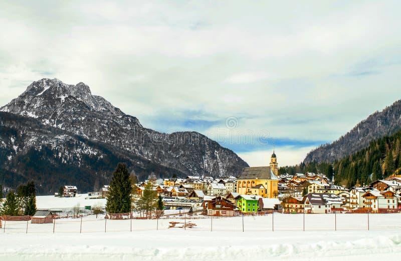 Dolomitesna av det Trentino vinterlandskapet royaltyfri fotografi