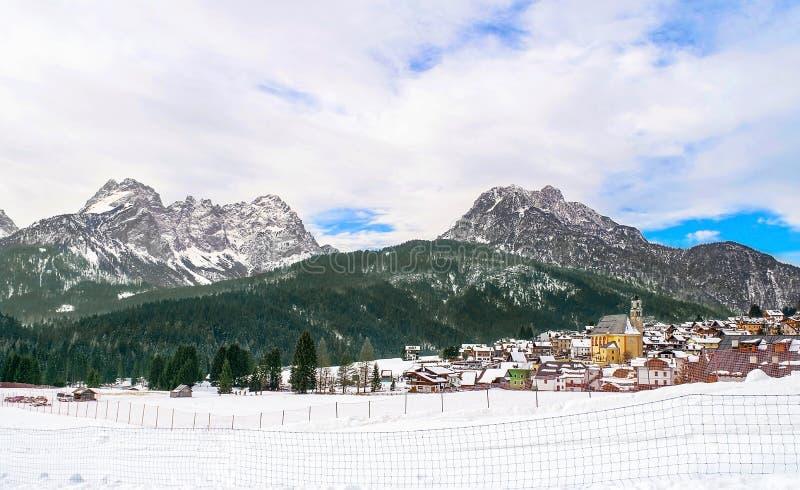 Dolomitesna av det Trentino vinterlandskapet royaltyfri bild