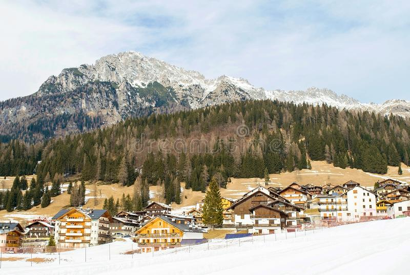 Dolomitesna av det Trentino vinterlandskapet royaltyfri foto