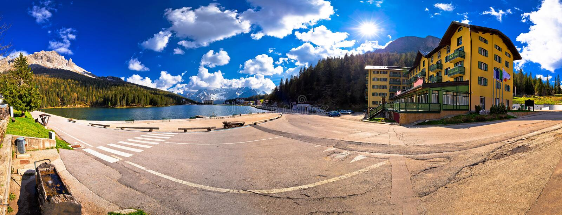 Dolomiti阿尔卑斯全景的湖Misurina 库存照片