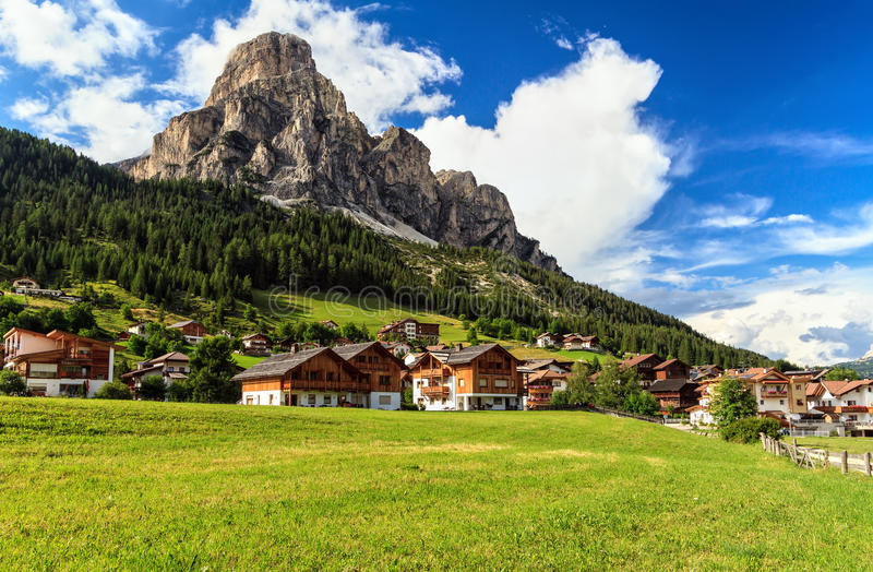 Dolomiti, Corvara w Badia miasteczku - zdjęcie royalty free