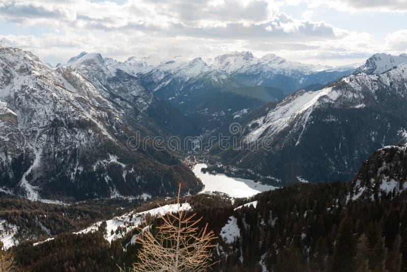 Dolomiti, de mening van de de bergvallei van Italië, het bos, het meer en de de wintersneeuw ski?en stock fotografie