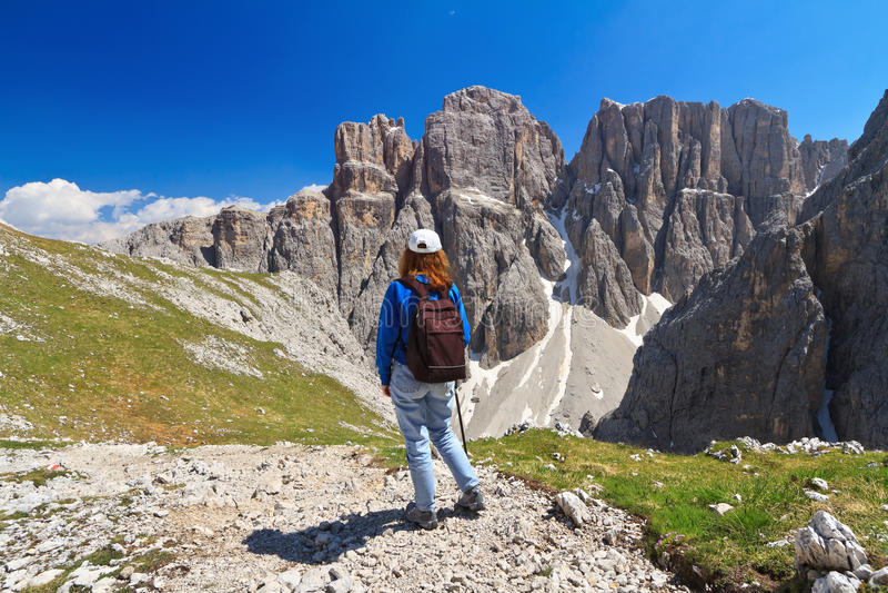 Dolomiti - de wandelaar in Sella zet op royalty-vrije stock fotografie