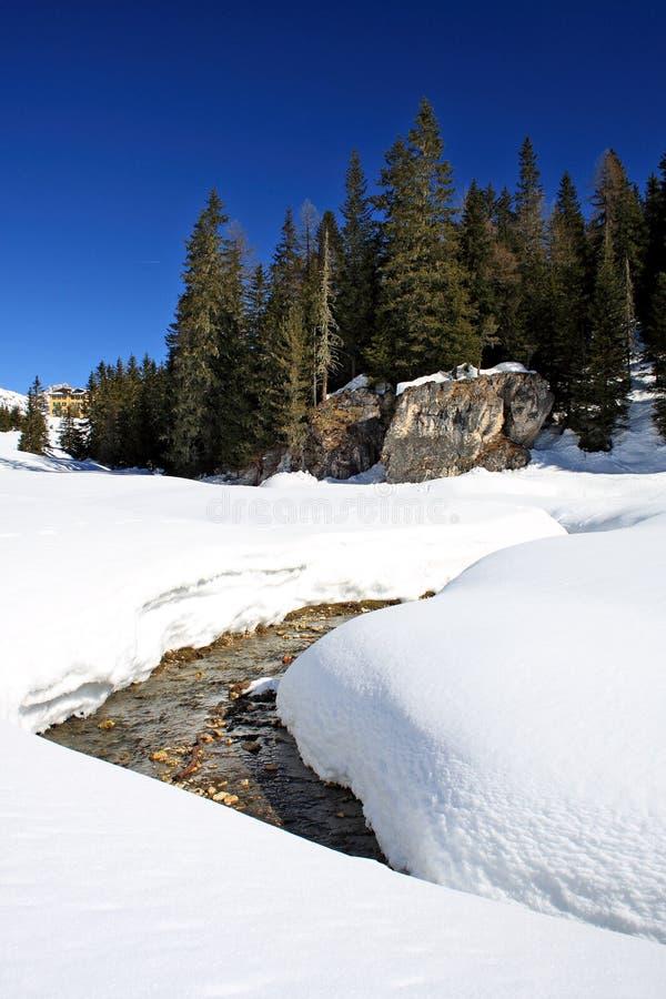Dolomiti, Italia, montagna della neve con il fiume fotografie stock
