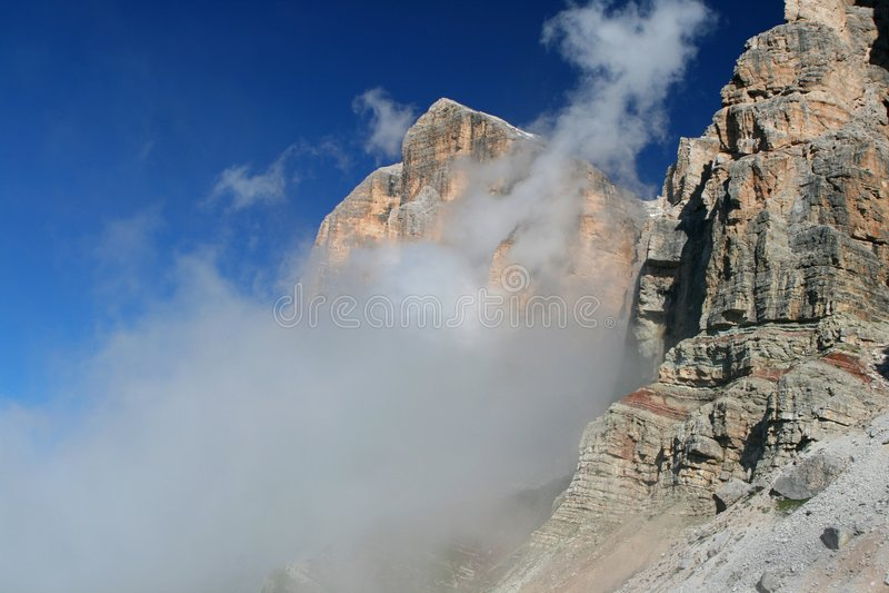 Dolomiti in nubi (Tofana di Rozes) immagine stock libera da diritti