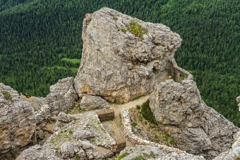 Dolomiti - ruínas WW1 no Sass de stria do mt foto de stock
