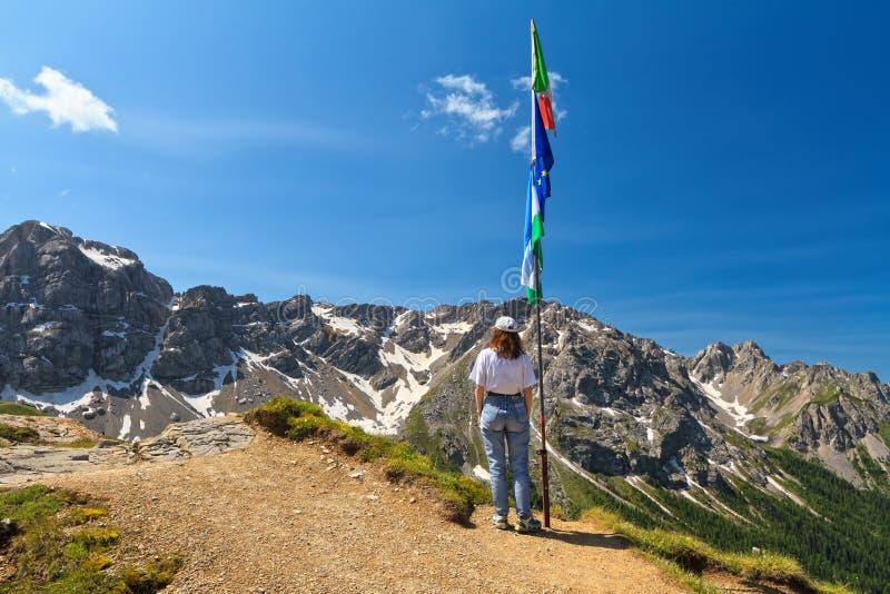 Dolomiti - vrouw op panoramisch punt stock afbeeldingen