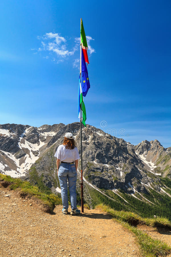 Dolomiti - wandelaar op panoramisch punt royalty-vrije stock foto