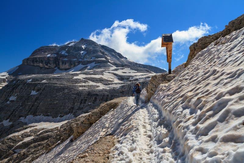 Dolomiti - wandelaar op snowvy weg royalty-vrije stock afbeeldingen