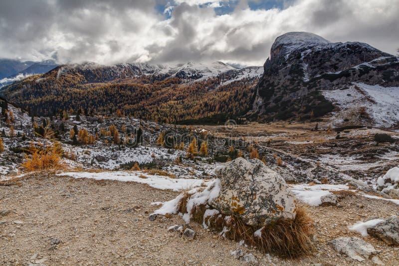 Dolomitic bakgrund från Passo Valparola, Dolomites, arkivfoto