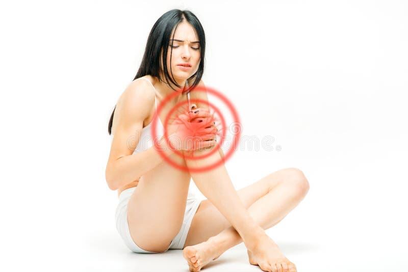 Dolor común, persona femenina con dolor de la rodilla fotografía de archivo