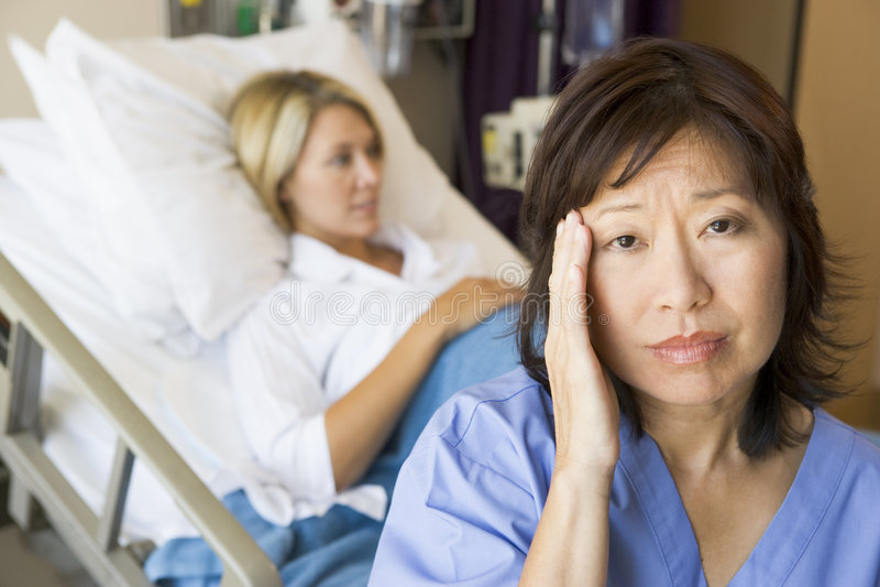 Dolor de cabeza del doctor In Patients Room With fotografía de archivo
