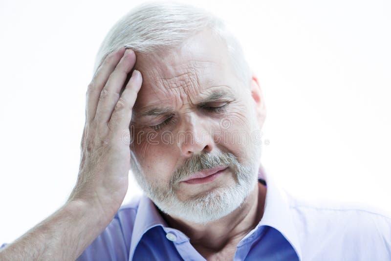 Dolor de cabeza del hombre mayor de la enfermedad de la jaqueca o de la pérdida de memoria fotos de archivo libres de regalías