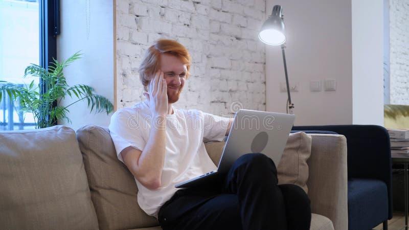 Dolor de cabeza, diseñador creativo cansado Using Laptop en el trabajo fotografía de archivo libre de regalías