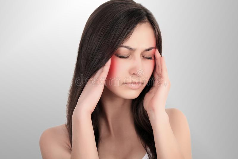 Dolor de cabeza, jaqueca y tensión Las preocupaciones del ` s de la mujer frustran a una mujer que sufra de dolor de cabeza Mucha imagen de archivo