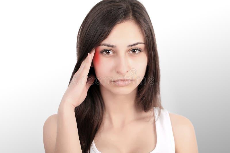 Dolor de cabeza, jaqueca y tensión Las preocupaciones del ` s de la mujer frustran a una mujer que sufra de dolor de cabeza Mucha foto de archivo