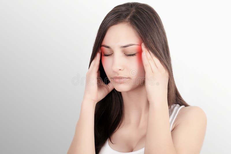 Dolor de cabeza, jaqueca y tensión Las preocupaciones del ` s de la mujer frustran a una mujer que sufra de dolor de cabeza Mucha fotos de archivo