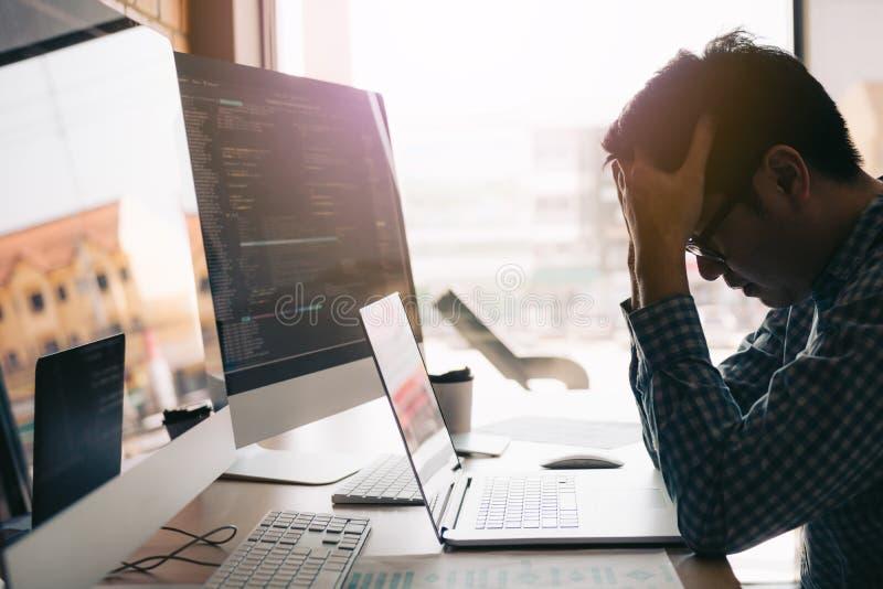 Dolor de cabeza de los desarrolladores de software con análisis de código en la oficina imágenes de archivo libres de regalías