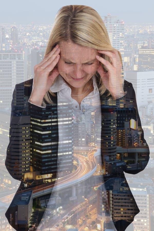 Dolor de cabeza mA de la quemadura de la presión de la tensión de la empresaria de la mujer de negocios imagen de archivo