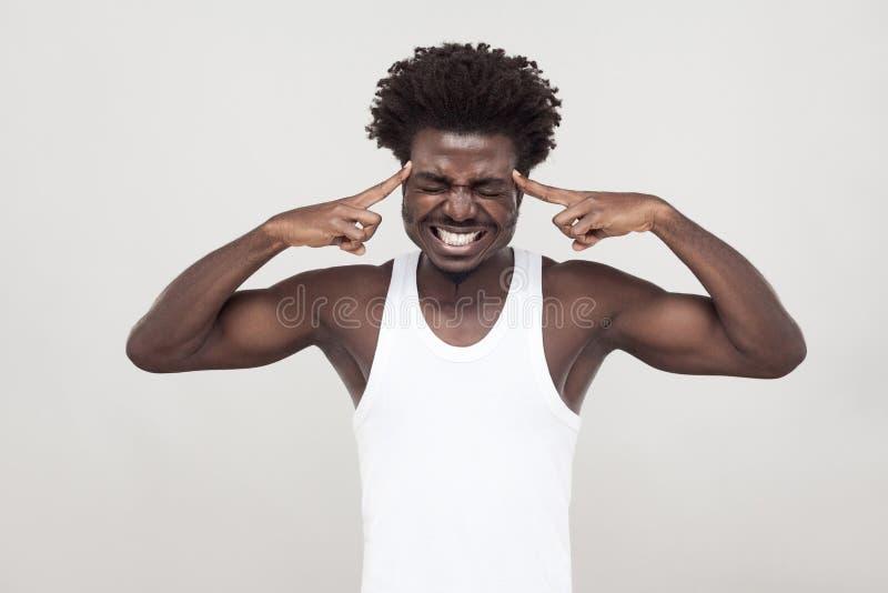 Dolor de cabeza, migreine El hombre del Afro tiene una mirada enferma imagen de archivo