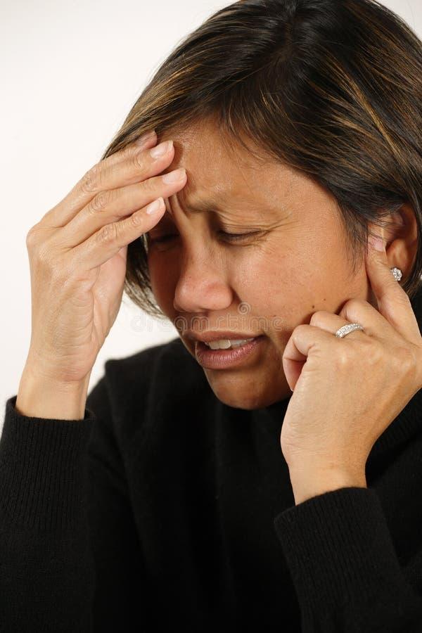 Dolor de cabeza o dolor de oídos imagen de archivo