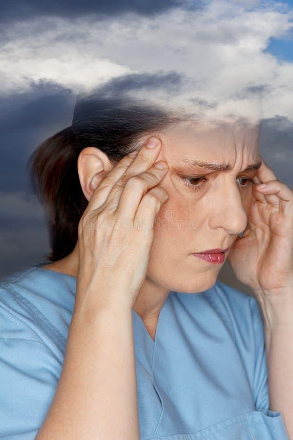 Dolor de cabeza sensible de la mujer de la sensibilidad del tiempo imagenes de archivo