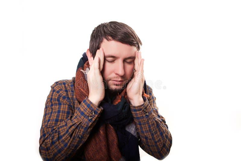 Dolor de cabeza tremendo de sensación El hombre maduro frustrado que toca su cabeza con los fingeres y que guarda observa cerrado imagen de archivo libre de regalías