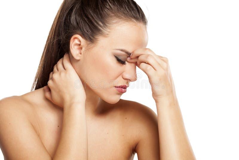 dolor-de-cabeza-y-cuello-doloroso-65252993