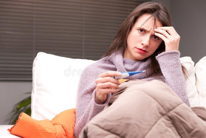 Dolor de cabeza y enfermedad de una mujer joven imagenes de archivo